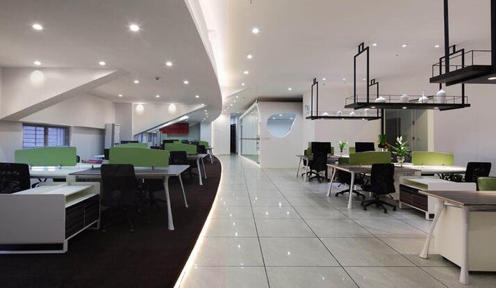 对于合肥办公室的装修,选择一家专业的办公室装修设计公司是让我们的办公室装修具有更加有效果的前提保障,我们营造的是一种舒适,同时也要优雅干净,也要环保的办公环境。那么我们如何来营造高逼格的合肥办公室装修呢?下面驿轩设计师带您一起来了解下。  合肥办公室装修开放方式 现在的企业大多数都是采用开放式集中办公的方式,一是方便不同部门的协调沟通,二是可以提升团队的凝聚力。通达性主要体现在走廊通道的设计,要方便员工的走动和活动,通透性主要体现在给人的视觉感,提升通透性的方法一般是采用玻璃隔断。 合肥办公室装修休闲化